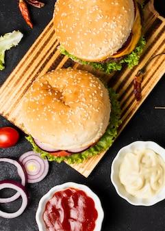 Bovenaanzicht van hamburgers met ketchup