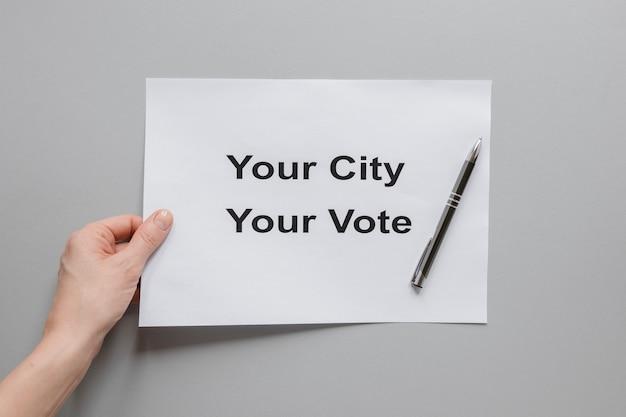 Bovenaanzicht van hand met verkiezingen concept