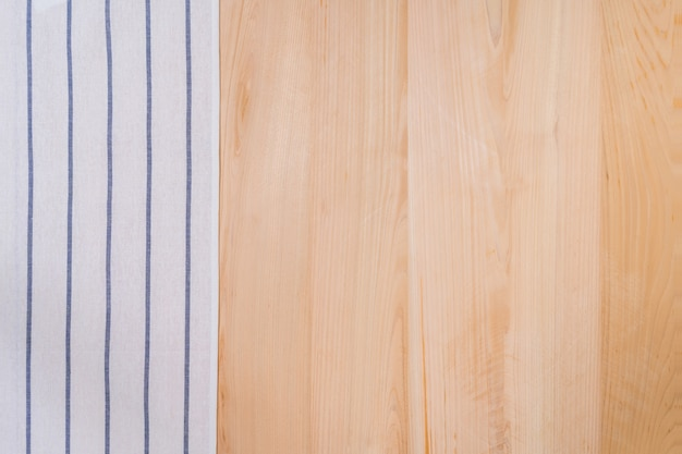 Bovenaanzicht van handdoek en houten achtergrond