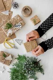Bovenaanzicht van handen kerstcadeaus voorbereiden