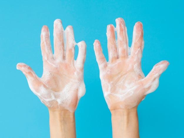Bovenaanzicht van handen met schuim van zeep