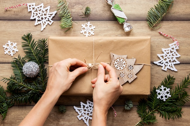 Bovenaanzicht van handen op kerstcadeau