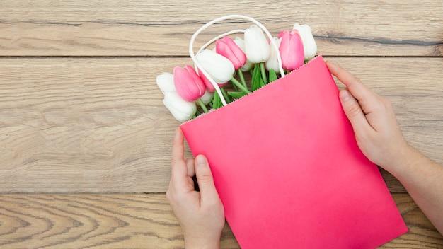 Bovenaanzicht van handen op roze tas