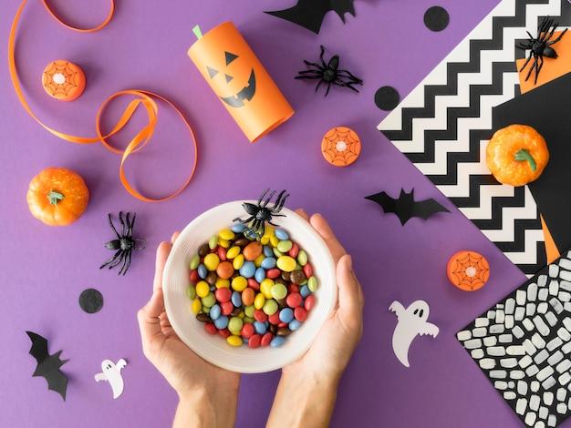Bovenaanzicht van handgemaakte halloween-arrangementen