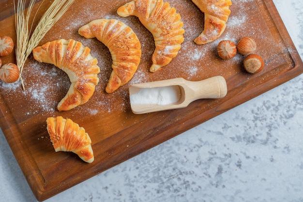 Bovenaanzicht van handgemaakte verse croissants.