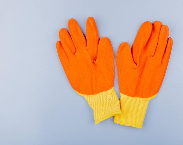 Bovenaanzicht van handschoenen op grijze achtergrond met kopie ruimte