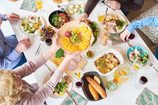 Bovenaanzicht van happy family dinner