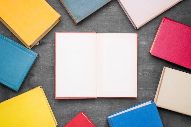 Bovenaanzicht van hardback boeken frame met één open