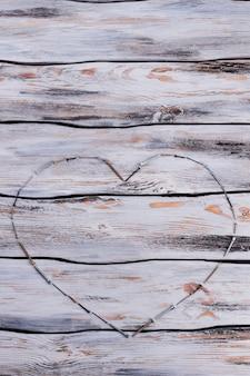 Bovenaanzicht van hart gemaakt van metalen schroeven