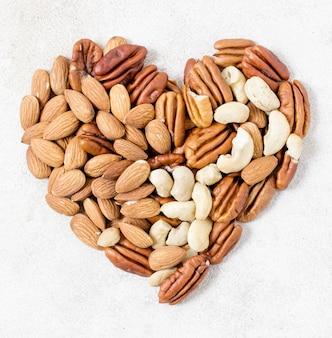Bovenaanzicht van hart gemaakt van walnoten en amandelen