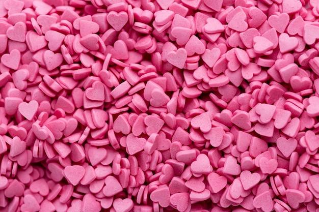 Bovenaanzicht van hartvormige roze snoepjes