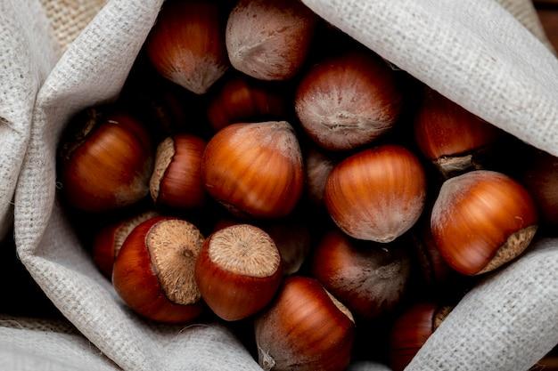 Bovenaanzicht van hazelnoten in de dop in een zak