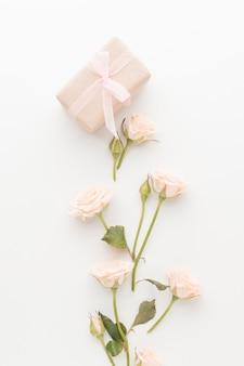 Bovenaanzicht van heden met rozen en lint