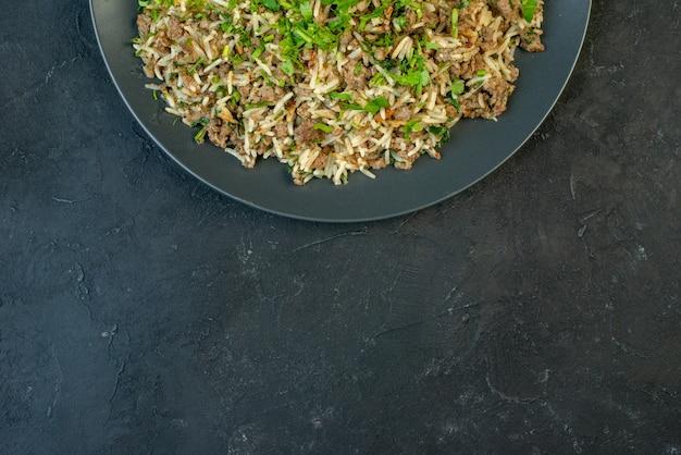 Bovenaanzicht van heerlijk diner vlees op een bord op zwarte achtergrond met vrije ruimte