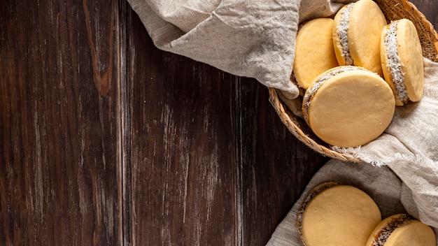 Bovenaanzicht van heerlijke alfajores-koekjes