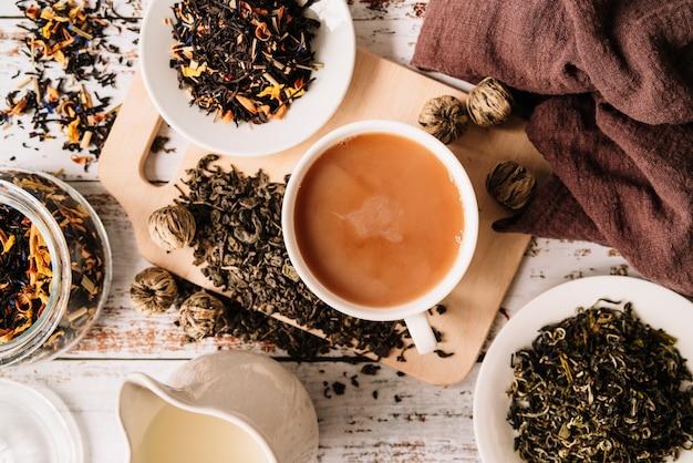 Bovenaanzicht van heerlijke biologische thee in een mok