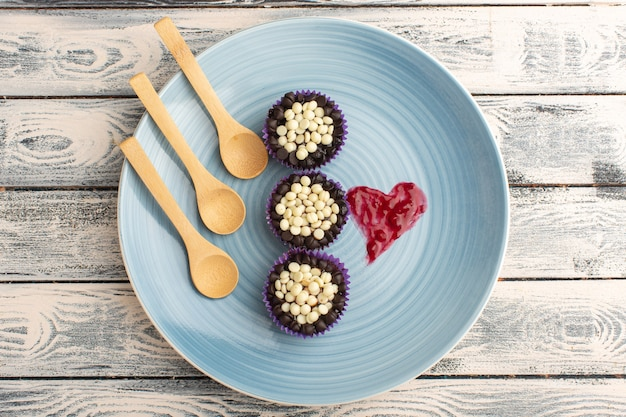 Bovenaanzicht van heerlijke chocolade brownies met chocoladeschilfers in blauw bord