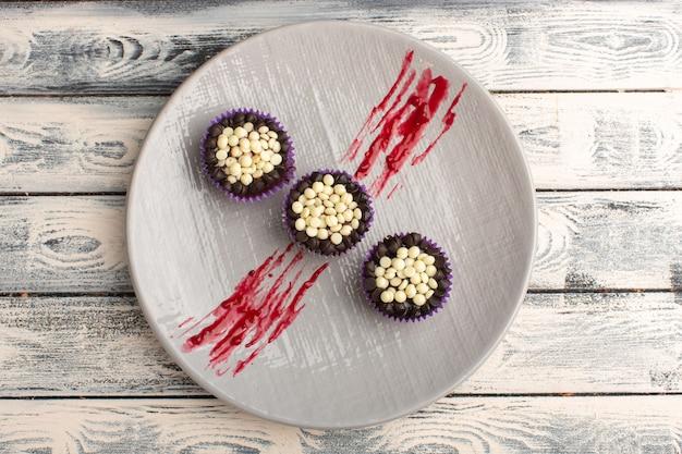 Bovenaanzicht van heerlijke chocolade brownies met chocoladeschilfers