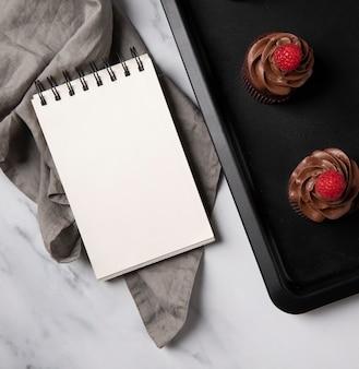 Bovenaanzicht van heerlijke chocolade cupcakes met framboos