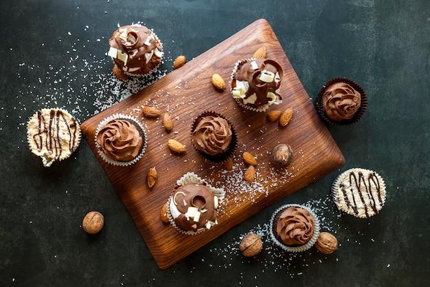 Bovenaanzicht van heerlijke chocolade cupcakes