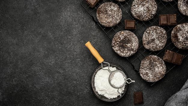 Bovenaanzicht van heerlijke chocoladekoekjes met poedersuiker en kopie ruimte