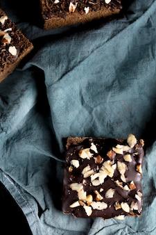 Bovenaanzicht van heerlijke chocoladetaart met amandelen