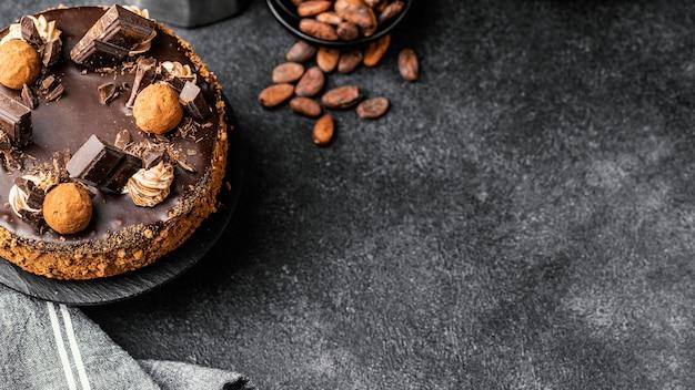 Bovenaanzicht van heerlijke chocoladetaart op stand met kopie ruimte