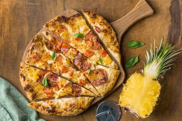 Bovenaanzicht van heerlijke gebakken ananas pizza