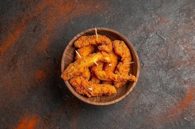 Bovenaanzicht van heerlijke gebakken kip in kom