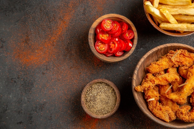Bovenaanzicht van heerlijke gebakken kip met frietjes