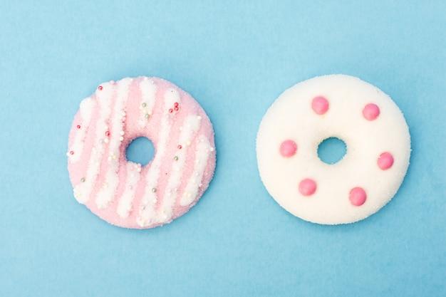 Bovenaanzicht van heerlijke geglazuurde donuts