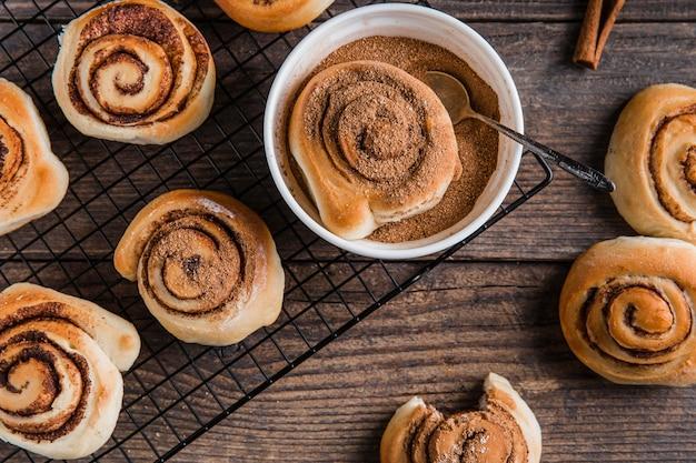 Bovenaanzicht van heerlijke kaneelbroodjes concept