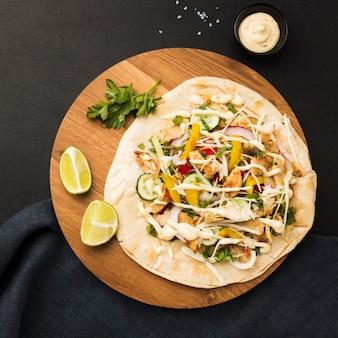 Bovenaanzicht van heerlijke kebab met limoenen en mayonaise