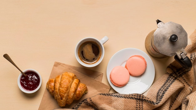 Bovenaanzicht van heerlijke macarons en croissants