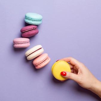 Bovenaanzicht van heerlijke macarons met kopie ruimte