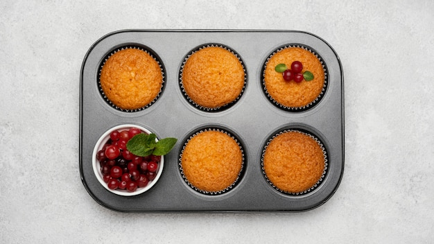 Bovenaanzicht van heerlijke muffins in pan