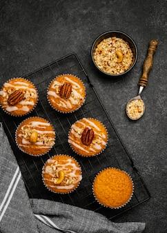 Bovenaanzicht van heerlijke muffins met noten op koelrek