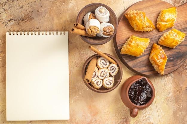 Bovenaanzicht van heerlijke notencake met confitures op houten oppervlak