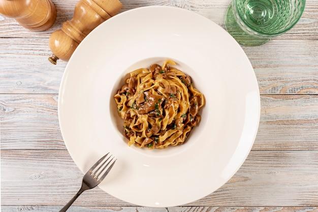 Bovenaanzicht van heerlijke pasta op houten tafel