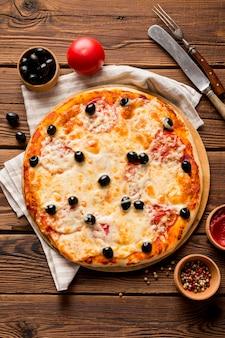 Bovenaanzicht van heerlijke pizza concept