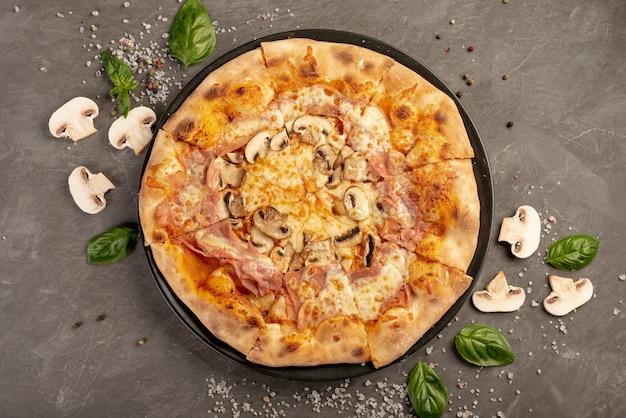 Bovenaanzicht van heerlijke pizza met champignons