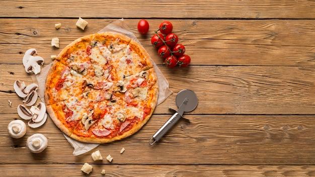 Bovenaanzicht van heerlijke pizza met kopie ruimte