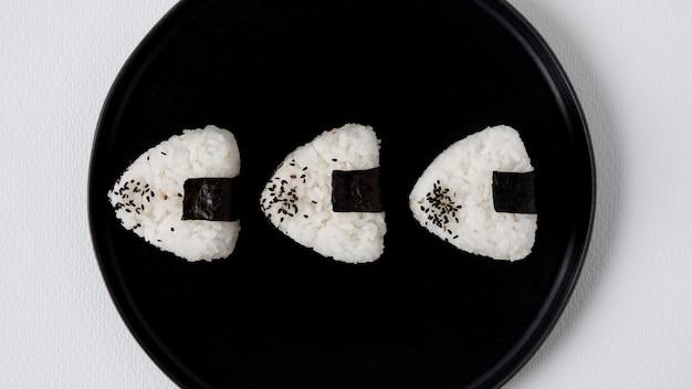 Bovenaanzicht van heerlijke rijstballen