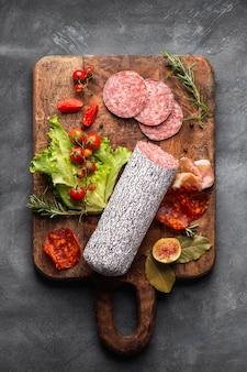 Bovenaanzicht van heerlijke salami concept