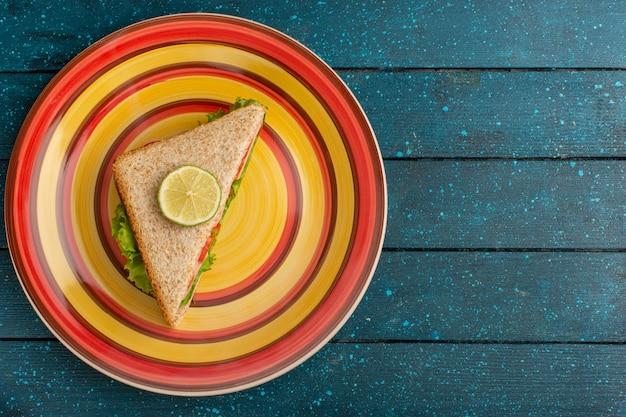 Bovenaanzicht van heerlijke sandwich met groene salade en ham