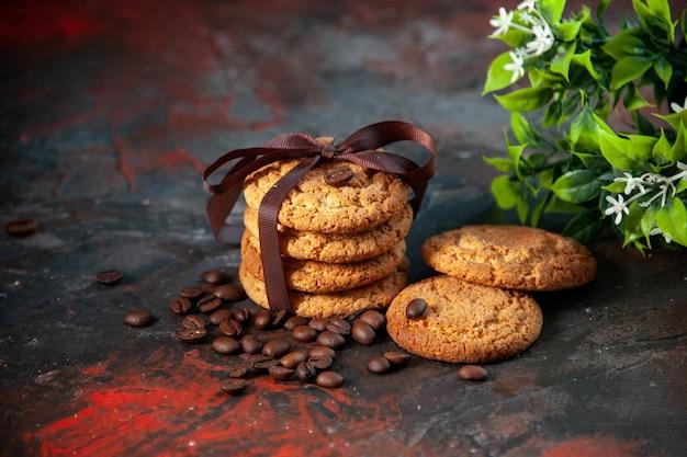 Bovenaanzicht van heerlijke suikerkoekjes en koffiebonen bloempot op donkere mix kleuren achtergrond