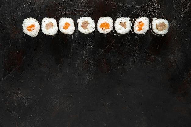 Bovenaanzicht van heerlijke sushi met kopie ruimte