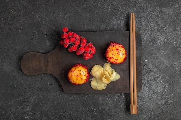 Bovenaanzicht van heerlijke sushi visrolletjes met vis en rijst samen met stokken