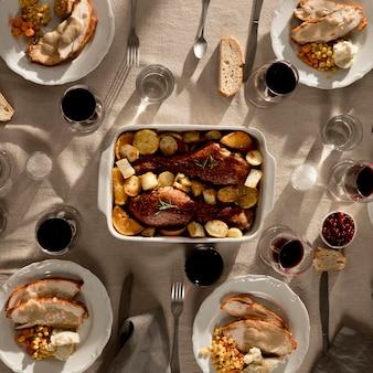 Bovenaanzicht van heerlijke thanksgiving maaltijd