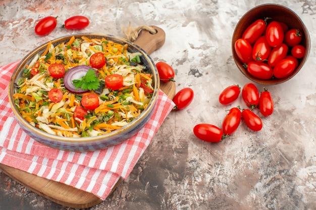 Bovenaanzicht van heerlijke vegan salade met diverse groenten